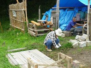 竹灯篭の作業場付近を草刈する新美さん