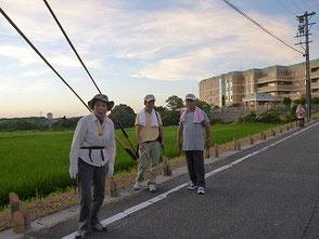 猛暑の中で竹灯篭を配置する会員の皆さん!