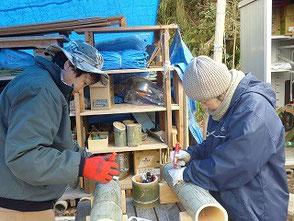 彫竹灯篭をデザインする吉田(幹)さん、鈴木さん(右)