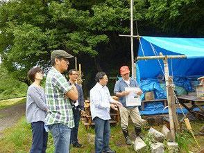 美浜まちラボの方に説明する木村会長(右)