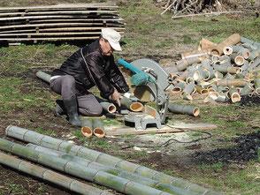 3本組竹灯篭の竹を裁断する山田さん