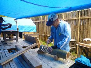 次回に備え好評だった竹灯篭を作る若松さん