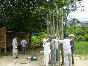 櫓のベースを使って竹が自立するように工夫