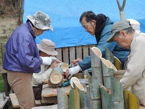 3本組竹灯篭の組立、彫灯篭を制作する会員