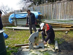 竹を裁断する山田さん、2台の丸ノコでフル回転!
