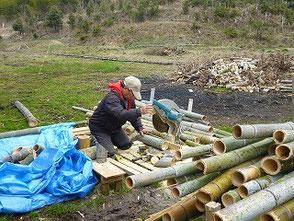 1,800本の組竹灯篭の裁断に挑む山田さん
