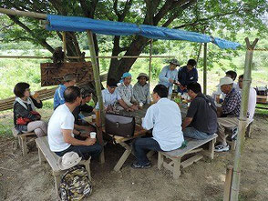 森のカフェで竹灯篭の会員と楽しく談笑です!