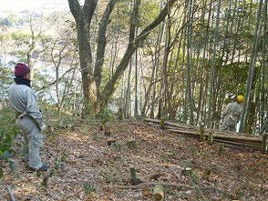 竹伐り名人 竹炭の会の國塚さん(右奥)と坂本さん