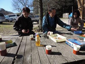 応援者(右)に活動内容を説明、談笑する会員