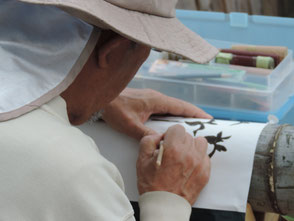 竹に図柄を描く吉田(臣)さん