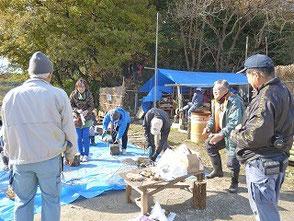 楽しそうな指導員と参加者、後方は竹灯篭の会の作業