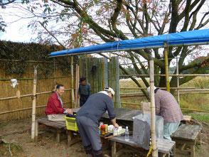 装い新たな森のカフェで休憩、竹で風除け制作中!