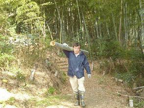 竹炭の会が伐った竹を運ぶ 木村会長