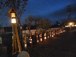国道366号から於大のみち入口に展示した彫竹灯篭