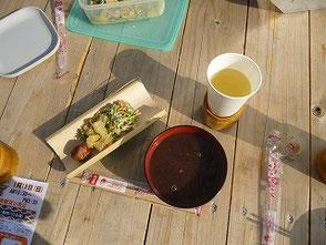 竹の皿に数の子料理、ぜんざい、竹のコップ受けです