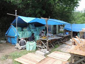竹灯篭からローソクの取出し作業