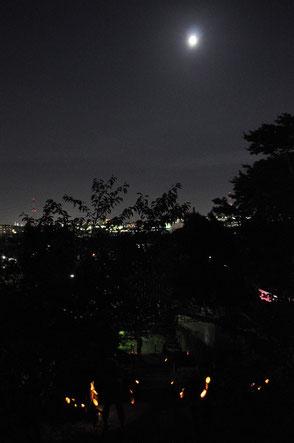 2011.9.11 4年前に初めて竹灯篭を展示した時の写真です!善導寺の鐘楼からイオン方向を撮影