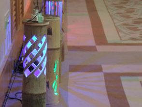 竹灯篭彫った模様をLEDの灯りで床面に投影!