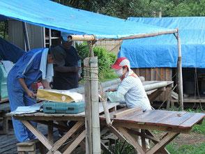 竹に星を彫る若松さん(左)、越間さん