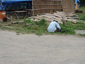 作業場近くの道端の草刈りをする吉田(幹)さん