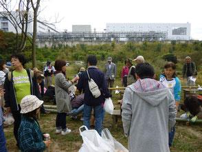 参加者の皆さんが竹で筆立てを作って楽しみました!
