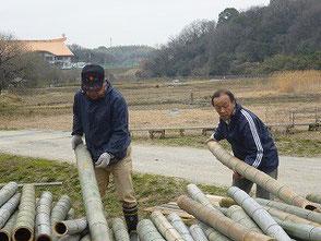 裁断の手伝いをする木村会長と吉田さん(右)