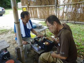 LED竹灯篭の作り方を説明する若松さん(左)