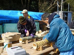 彫灯篭を作る若松さん(右)と応援の大迫さん