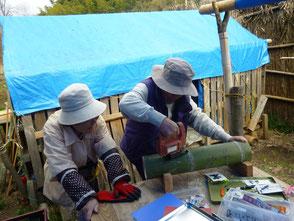 彫竹灯篭を制作する吉田(臣)さん、新美さん(左)
