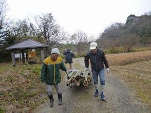 雨が降りだして急いで戻る大木さん、高橋さん
