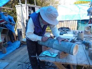 竹にデザイン画を描く吉田(臣)さん