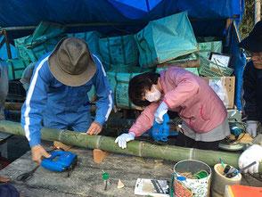 星の竹を彫る若松さん(左)、伊藤(乃)さん