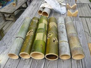 色々なデザインで彫られた竹灯篭