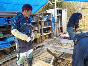 岡田さんが「森のカフェ」の看板作りに挑戦です!