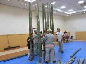 24本の竹が倒れないように組立てていきます