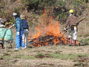 里山フォレスターと協力して古い竹灯篭を焼却