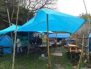 雨をしのぐように急遽仮設テント設営