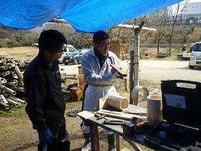 竹表面を削る作業に挑戦する岡田さん(右)、冨田さん