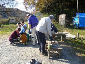 BSの子供たちと竹カッポン作りをする会員
