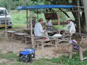 暑さを避けて森のカフェで手入れです!