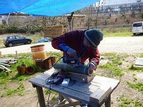 彫灯篭を作る若松さん