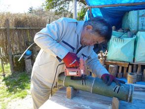 竹にとんぼを彫る木村会長