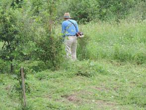 橋本さんは草刈で汗を流しました!