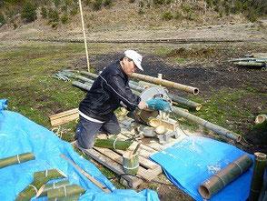 ひたすら竹を裁断していく山田さん