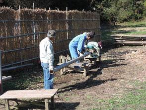 成人式用の竹を裁断