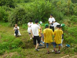 小川の環境を調べる講座の参加者