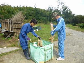 竹灯篭を掃除する若松さん、冨田さん