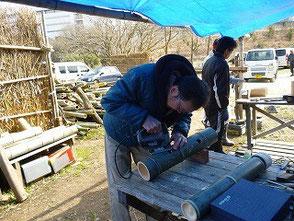 彫灯篭作りをする若松さん