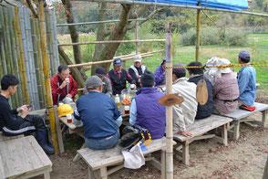 森のカフェで休憩と話合いをする会員の皆さん!