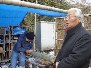 竹灯篭の活動を熱心に見学する前田議員